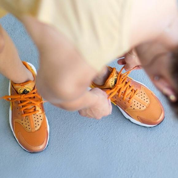 online store bcbfe f2e15 NWT Nike Huarache run sunset Gold Rare